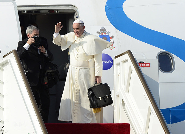 pope carrying his own bag